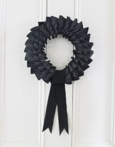 DIY-Halloween-Decorations-black-wreath-1010-de